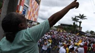 Une foule manifeste à Buenaventura pour demander au gouvernement des accès à la santé, à l'éducation et à de l'eau potable.