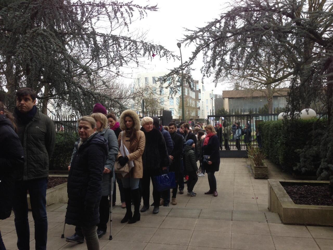 Очередь граждан России у посольства в Париже, 18 марта 2018 года.