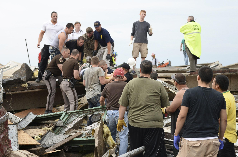 Uma das vítimas do tornado em Moore é encontrada com vida debaixo dos escombros