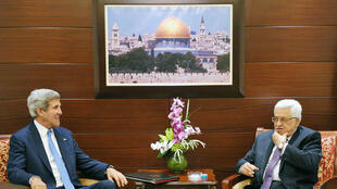 Malgré l'accord obtenu par John Kerry pour la reprise des négociations de paix, Israéliens et Palestiniens ne se font guère d'illusion. Photo : John Kerry et le président de l'Autorité palestinienne, Mahmoud Abbas, le 19 juillet.