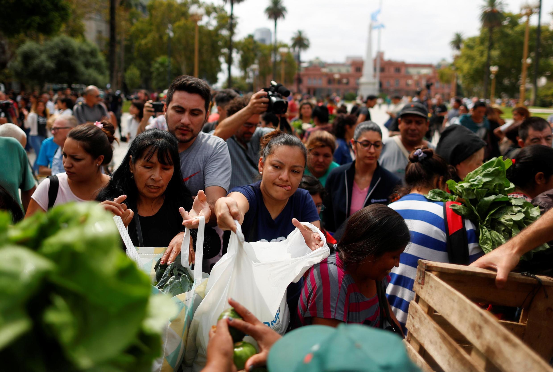 Agricultores distribuem vegetais à população em Buenos Aires durante greve de quatro dias do setor agropecuário.