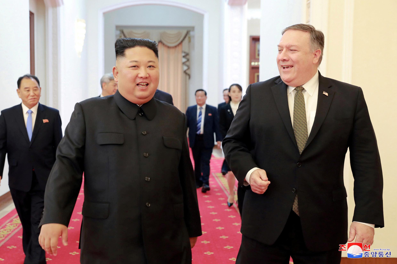 Lãnh đạo Bắc Triều Tiên Kim Jong Un tiếp ngoại trưởng Mỹ Mike Pompeo tại Bình Nhưỡng. Ảnh do KCNA công bố ngày 07/10/2018