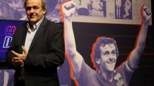 """Michel Platini arrive pour recevoir une récompense en tant que """"Légende du Sport"""", le 22 novembre 2019 au Musée National du Sport à Nice"""