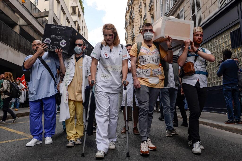 Сотрудники скорой бастуют во Франции уже четвертый месяц. На фото — забастовка в Париже, 6 июня 2019
