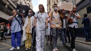 Manifestation à Paris le 6 juin 2019 rassemblant des membres des services d'urgence des hôpitaux publics à l'appel du collectif Inter-Urgences et plusieurs syndicats.