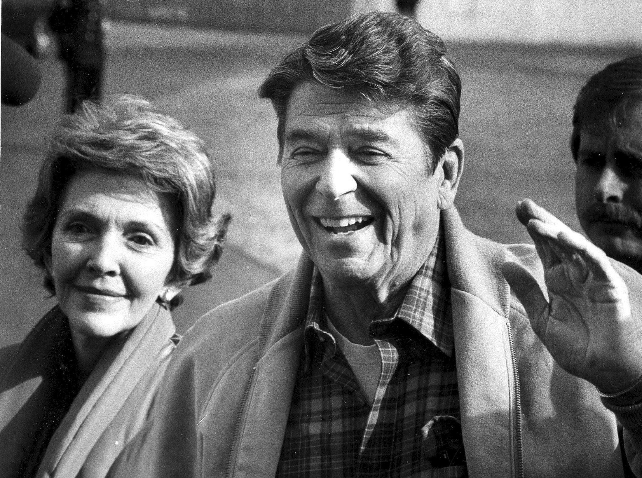Le président des États-Unis Ronald Reagan et la Première dame Nancy Reagan, en 1982. Il est le 40ᵉ président des États-Unis, en fonction du 20 janvier 1981 au 20 janvier 1989.
