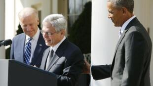 O juiz Merrick Garland (centro), entre o presidente norte-americano Barack Obama (esquerda) e seu vice, Joe Biden, nesta quarta-feira (16), ao ser nomeado em Washington.