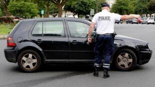 Proibição de circulação de carros antigos no centro de Paris começa a ser aplicada para reduzir a poluição na capital francesa.