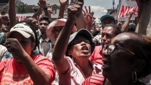 Wafuasi wa mgombea wa urais wa upinzani Madagascar, Marc Ravalomanana, wakiandamana kwenye eneo maarufu la 13 Mai Plaza, Antananarivo, Desemba 29, 2018.