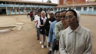 Une file d'attente devant un bureau de vote d'Antananarivo, le 20 décembre 2013.