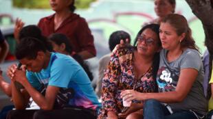 Pessoas esperam notícias sobre parentes presos em Manaus