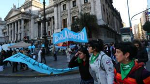 Militantes contra e a favor da discriminalização do aborto diante do Congresso argentino. 01/08/2018