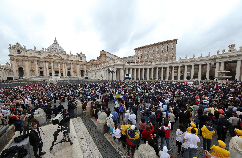Le Vatican, le 22 octobre 2017: des chrétiens venus du monde entier se joignent au Saint-Père pour la prière de l'Angélus.