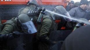 Солдаты сил KFOR применяют слезоточивый газ против косовских сербов у г. Зубин Поток 20/10/2011