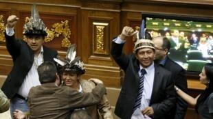 Venezuela, le 6 janvier 2016. Julio Ygarza (gauche), Nirma Guarulla (centre) et Romel Guzamana (droite), les trois députés dont le Tribunal suprême de justice a refusé l'investiture, sont venus à l'Assemblée nationale avec leur couvre-chef traditionnel.