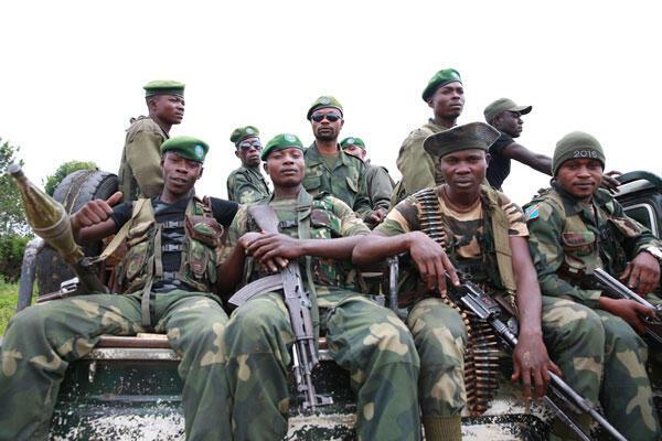 Des soldats des Forces armées de la RDC, en patrouille, pour sécuriser la ville contre les attaques des groupes armés, à Beni, le 3 décembre 2014.
