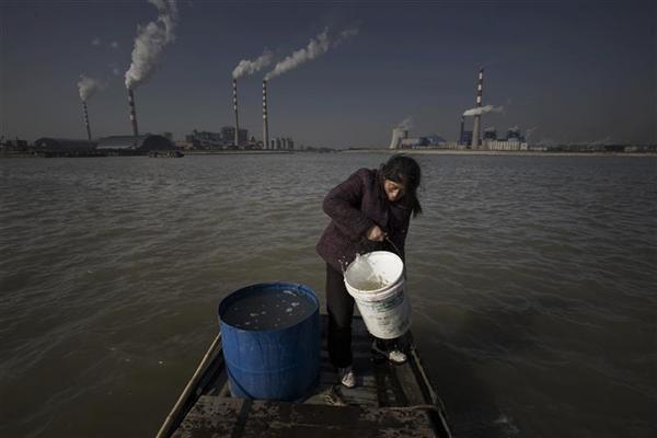 存档图片:长江河水自2003年以来因沿途工厂林立遭污染  Image d'archive: Les eaux du fleuve Yangtze ont été contaminées en raison de l'installation de nombreuses usines dans la région à partir de 2003.