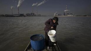 存檔圖片:長江河水自2003年以來因沿途工廠林立遭污染  Image d'archive: Les eaux du fleuve Yangtze ont été contaminées en raison de l'installation de nombreuses usines dans la région à partir de 2003.