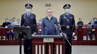 中国华融前中共党委书记赖小民2021年1月5日因腐败重婚被判死刑。图为2020年8月11日,天津市第二中级人民法院一审开庭审理赖小民资料照片)