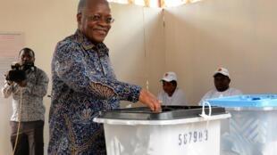 Rais wa Tanzania John Magufuli anapiga kura katika uchaguzi wa Oktoba 28.