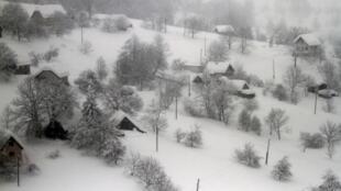 Un village isolé de Bosnie-Herzégovine, touché lui aussi par la vague de grand froid qui sévit en Europe depuis plusieurs jours, le 6 février  2012.
