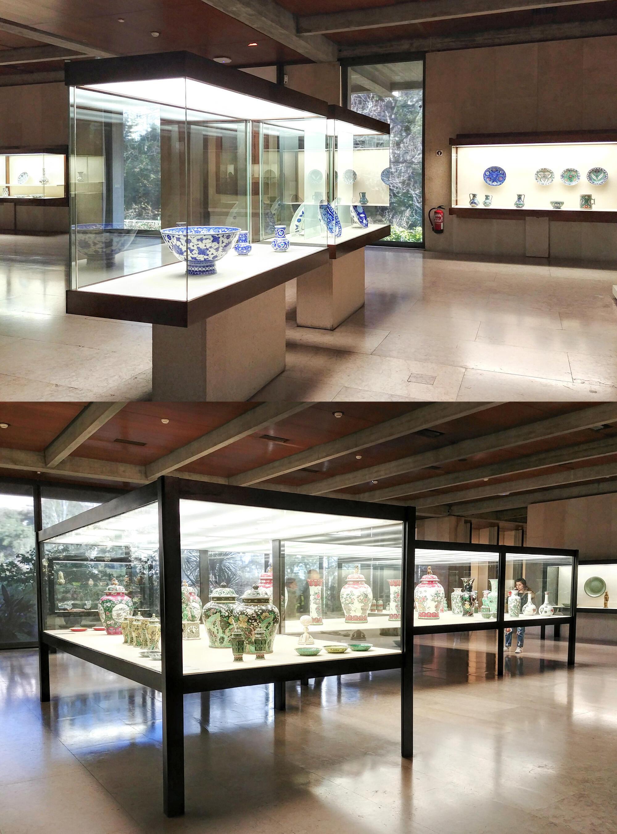 Các tủ kính trưng bày gốm sứ của nhiều triều đại Trung Hoa