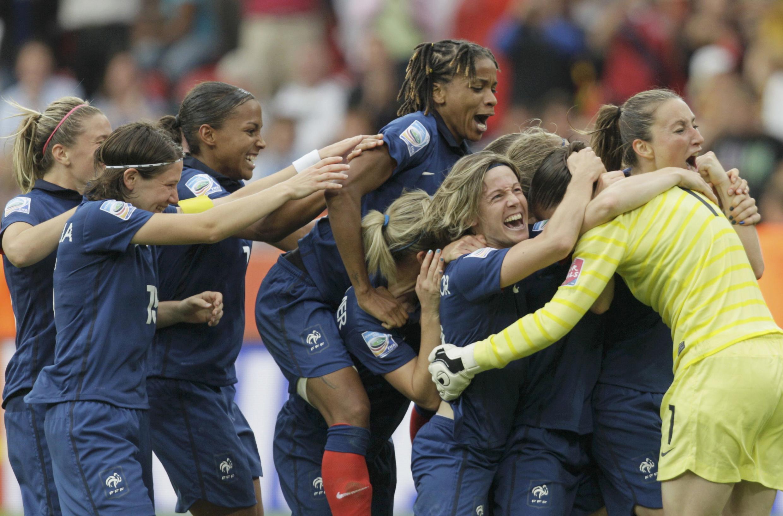 A equipe feminina francesa celebrando a sua última vitória contra as inglesas (09/07/2011).
