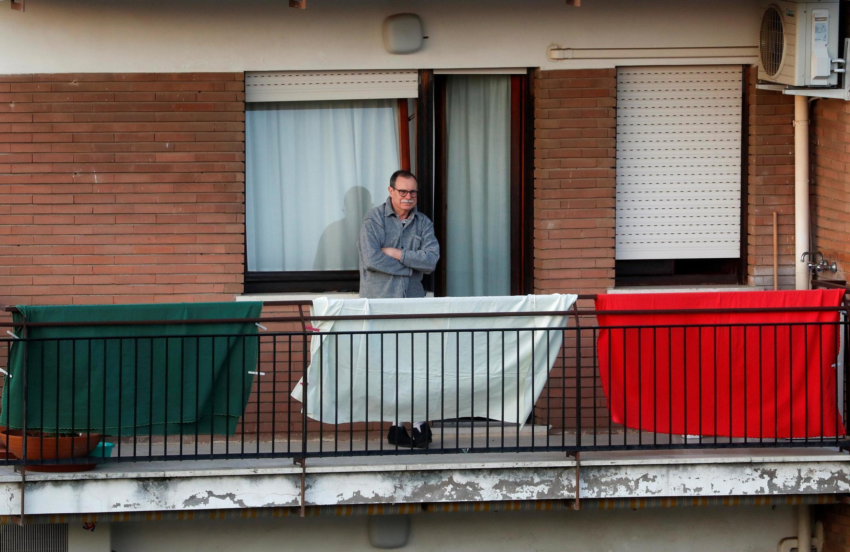 Morador confinado em seu apartamento em Roma, onde governo impôs multa para quem sair de casa sem motivo.