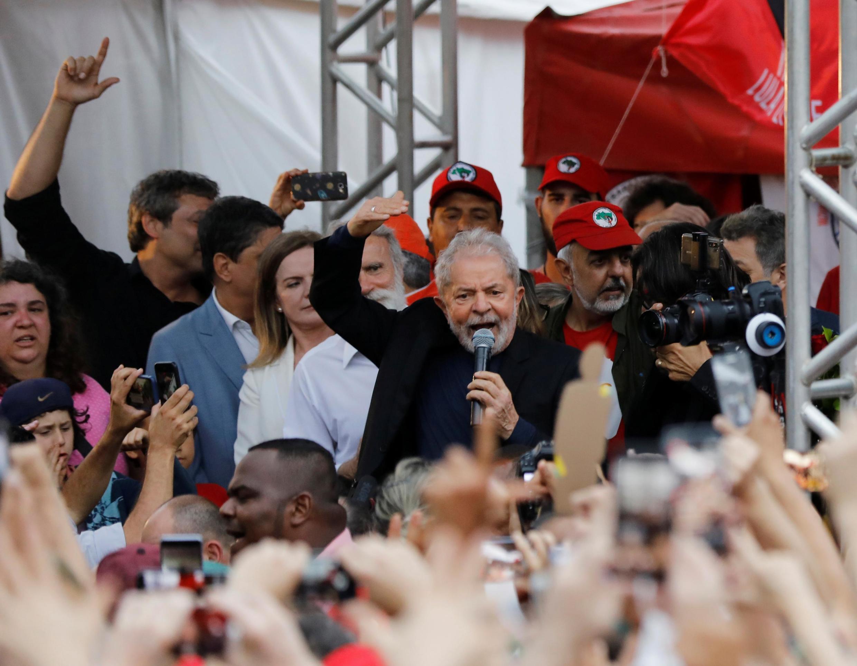 巴西前总统卢拉2019年11月8日出狱受支持者到欢迎。