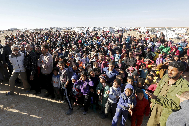 Des réfugiés syriens coincés entre les frontières jordaniennes et syriennes, dans l'attente de passer en Jordanie, à l'est d'Amman. Photo datée du 14 janvier 2016, près de la ville de Ruwaished.