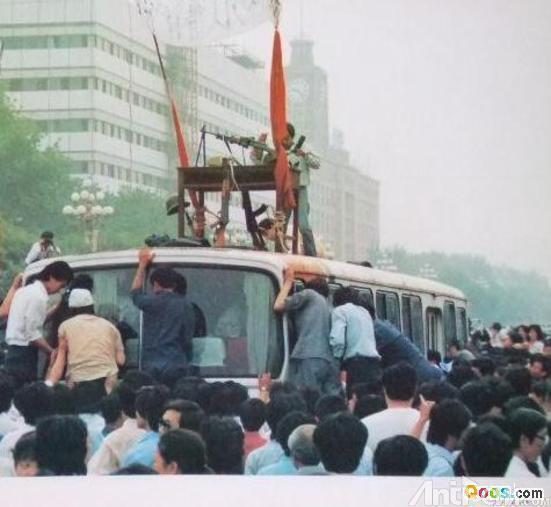 (網絡資料圖片),1989年6月3號六部口附近北京市民攔截一輛疑似運載着槍支彈藥的公車