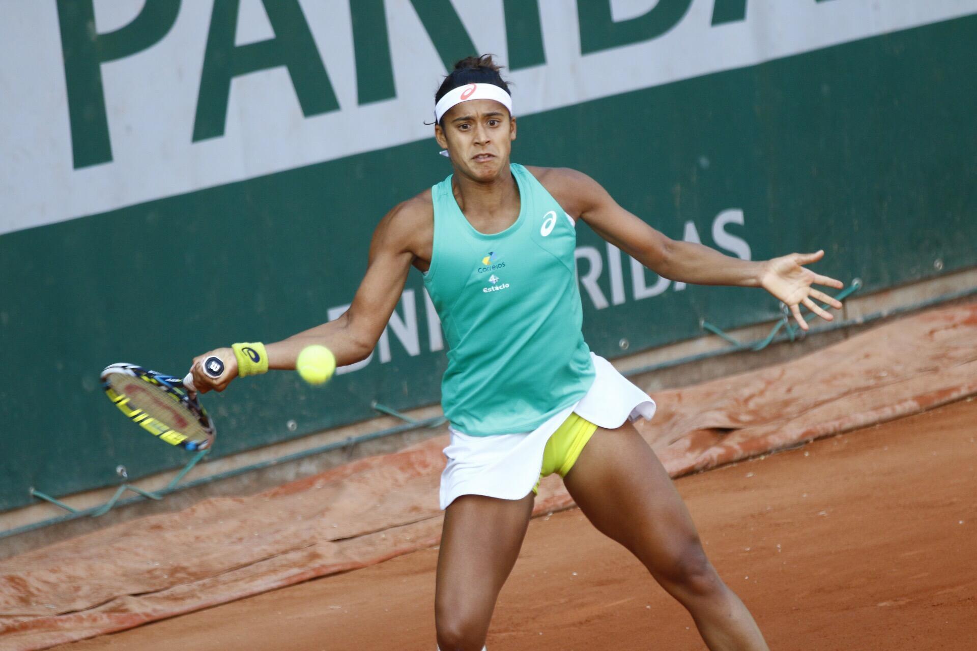A tenista brasileira, Teliana Pereira, em quadra contra a russa Ekaterina Makarova. (27/05/15)