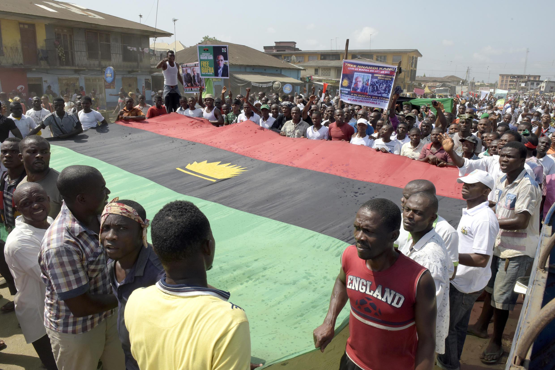 Waandamanaji wanaounga mkono eneo la Biafra kujitenga na Nigeria, Novemba 2015.