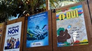 Des affiches de campagne pour le «oui» et le «non» à l'indépendance de la Nouvelle-Calédonie, dont le référendum s'est déroulé ce 4 novembre.