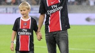 La nouvelle recrue du PSG, Javier Pastore, est présentée au Parc des Princes, le 6 août 2011.