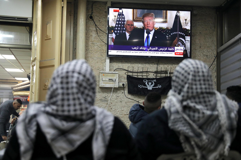 Người dân Palestine tại Jerusalem theo dõi diễn văn của tổng thống Mỹ Donald Trump chính thức công nhận Jerusalem là thủ đô của Israel, ngày 06/12/2017.