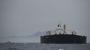 روز چهارم ژوئیه/ ۱۳ تیرماه گذشته تفنگداران نیروی دریایی بریتانیا یک ابرنفتکش متعلق به ایران را به اتهام نقض تحریمهای اتحادیه اروپا و ارسال نفت به سوریه در آبهای نزدیک به جبلالطارق توقیف کردند.