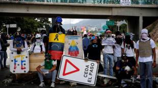 Des manifestants bloquent une route lors d'un rassemblement contre le président Maduro, à Caracas, le 1er juillet 2017.