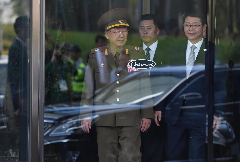 Phénomène rarissime : le général Hwang Pyong-So (g), numéro 2 en Corée du Nord, assiste à une rencontre avec le ministre de l'Unification de la Corée du Sud à Incheon, en marge des Jeux asiatiques. 4 octobre 2014.