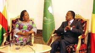 La présidente centrafricaine de la transition Catherine Samba-Panza avec son homologue congolais Denis Sassou-Nguesso à Brazzaville, le 8 février 2014