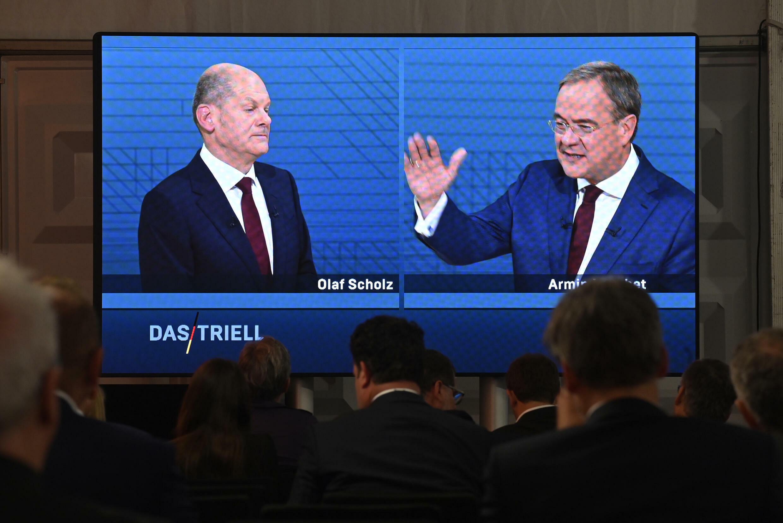 Periodistas miran el debate del 12 de septiembre de 2021 entre el candidato del partido socialdemócrata SPD Olaf Scholz (I) y el de la Unión Demócrata Cristiana (CDU) Armin Laschet, para las próximas elecciones generales alemanas