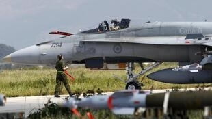 Avião de combate canadense CF-18 estacionado na base da OTAN de Birgi, em Trapani, na Sicília.