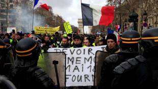Dubban masu rigunan dorawa a birnin Paris yayinda suka fuskanci 'yan sanda.