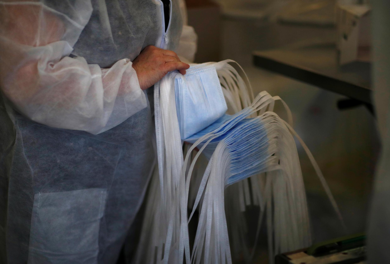 Kiểm tra chất lượng khẩu trang tại xưởng may công ty Kolmi-Hopen, Saint-Barthelemy-d'Anjou, Pháp, ngày 25/02/2020