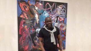 Soly Cissé devant une de ses œuvres qu'il expose en ce moment à la Fondation Clément, en Martinique.