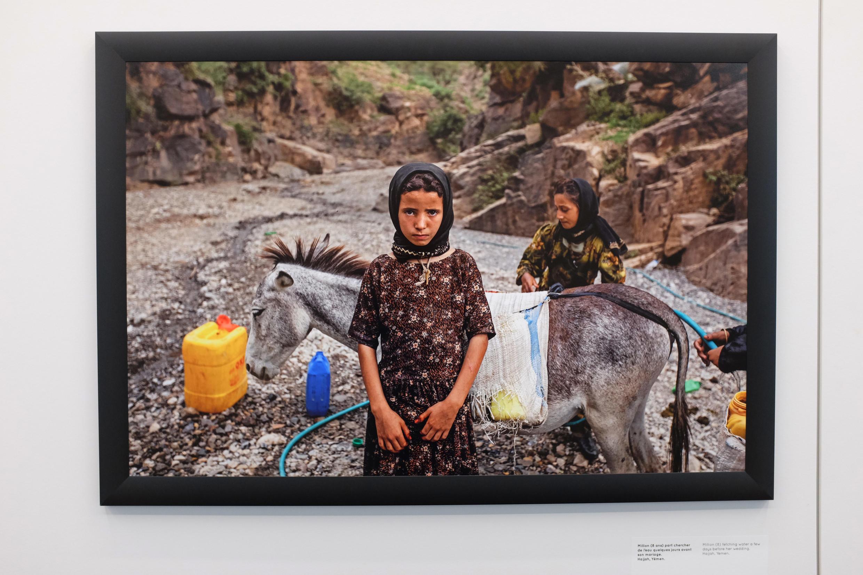 Million (8 ans) part chercher de l'eau quelques jours avant son mariage. Hajjah, Yémen.  Vue de la photographie de Stephanie Sinclair, exposée dans le cadre de « Too Young To Wed », dans l'Arche du photojournalisme.