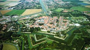 在法国北部加来省(Nord-Pas-de-Calais)的保护堡垒遗产协会30多年来一直从事把散布在北部加来省15镇的堡垒与文化活动,博物馆链接在一起的文化旅游活动,推出了堡垒旅游路线(La route régionale des villes fortifiées).