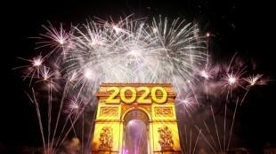 Встреча 2020-го года на Елисейских полях в Париже в первые минуты 1 января.