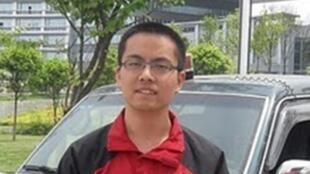 北京《財經》雜誌實習記者張賈龍網上照片