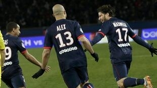 Les Parisiens Lucas, Alex et Maxwell jubilent après le premier but du PSG contre l'OM.